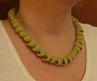 Corkscrew crochet necklace - (has translate button on page)