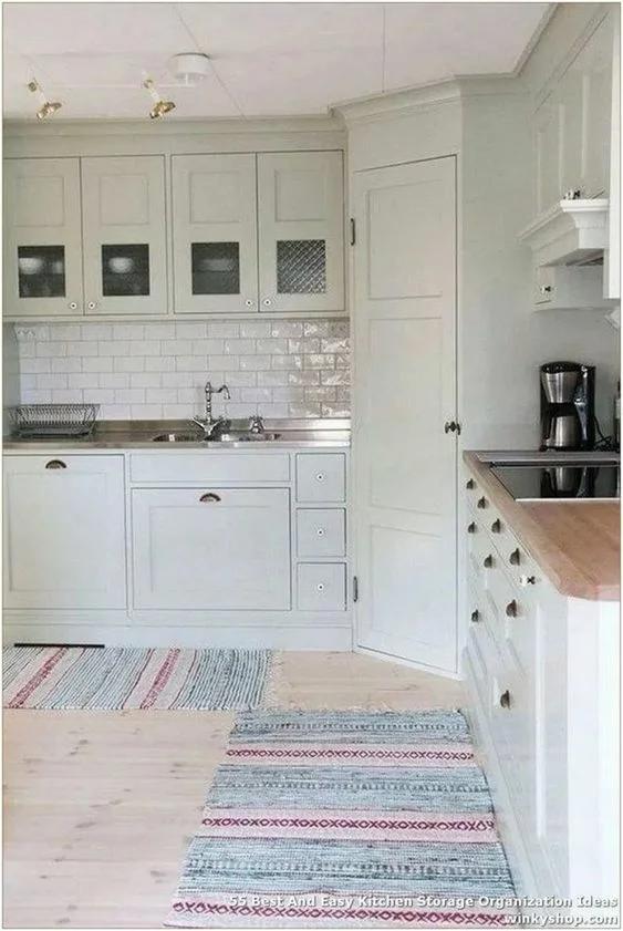 А куда ведет эта дверь на кухне? Так вот где можно
