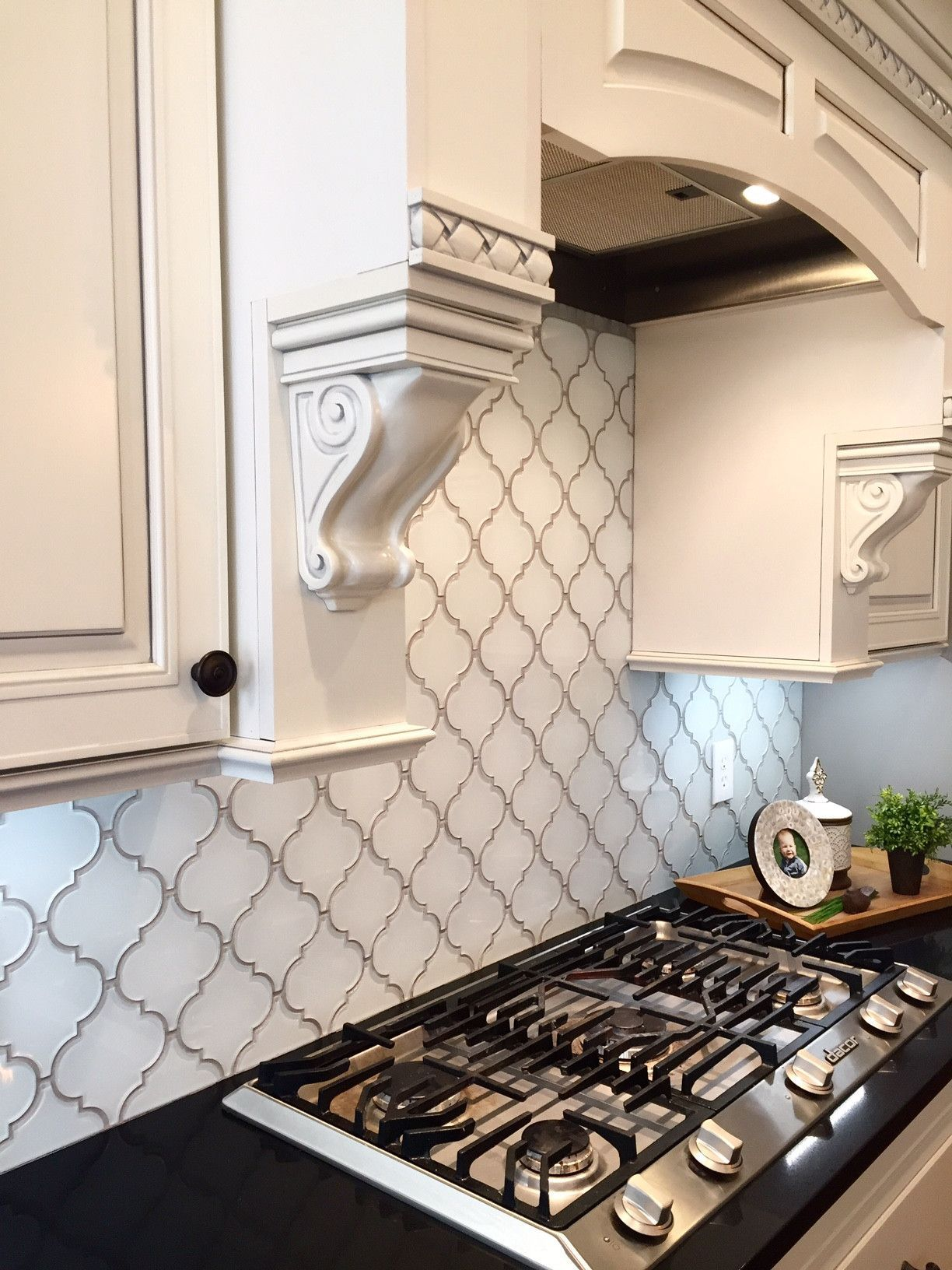 Snow white arabesque glass mosaic tiles kitchen for Arabesque tile backsplash
