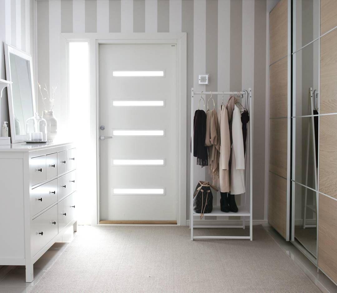 ⚬Hallway with a coat rack⚬Lisäsin meidän eteiseen valkoisen vaaterekin, johon vieraat voivat ripustaa vaatteensa sisälle tullessa :) #eteinen #hallway #home #interior