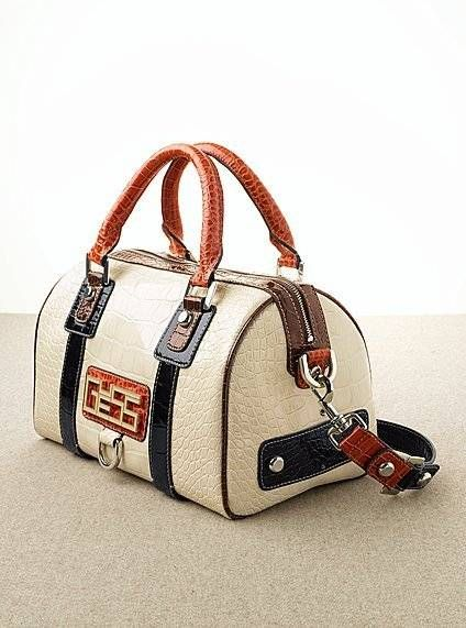 9f24ad0888b12 Guess Bags Collection   Bag It   Carteras guess, Bolsos cartera, Guess