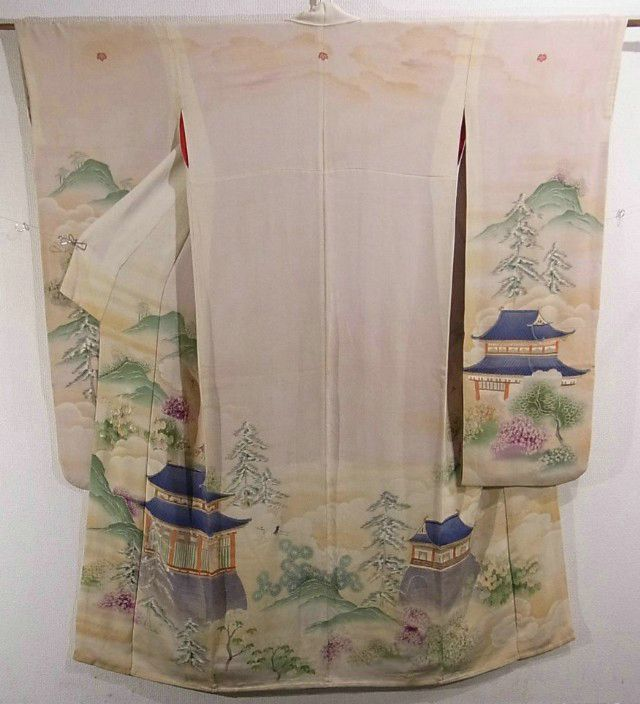 This is a fantastical vintage Furisode Kimono with a design of castle and mountain, which is dyed. It also has flying crane among cloud.