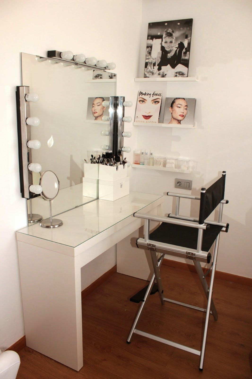 Pin De Evelyn C 225 Ceres En Maquillaje En 2019 Makeup Corner Desk Y Office Desk