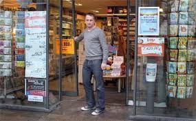 """Wanneer Adolf bij een krantenwinkeltje ziet dat het 2011 is spant het de kroon. Het is maar liefst 60 jaar later. De verkoper uit het winkeltje vraagt of hij een toneelspeler is, want met zijn uniform """"lijkt hij"""" sprekend op Adolf Hitler. Enzo bied de verkoper onderdak aan tot Adolf een beroep zou hebben."""