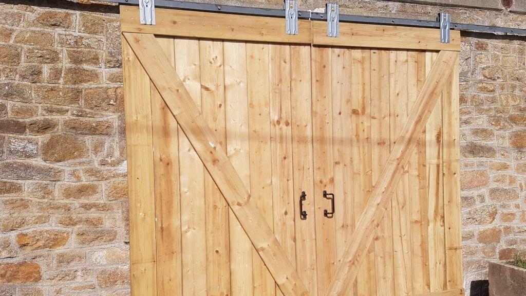 Fabriquer Une Porte De Grange Coulissante Grange En Bois Portes De Grange Coulissantes Porte Grange