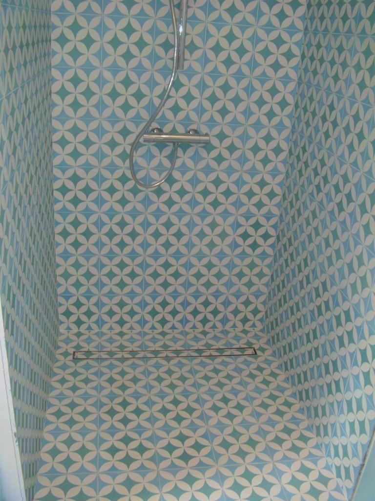 carreaux de ciment dans une douche recherche google bathrooms pinterest. Black Bedroom Furniture Sets. Home Design Ideas