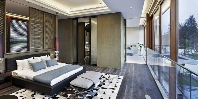 luxus schlafzimmer fansterfront dunkler holzboden abgehängte decke