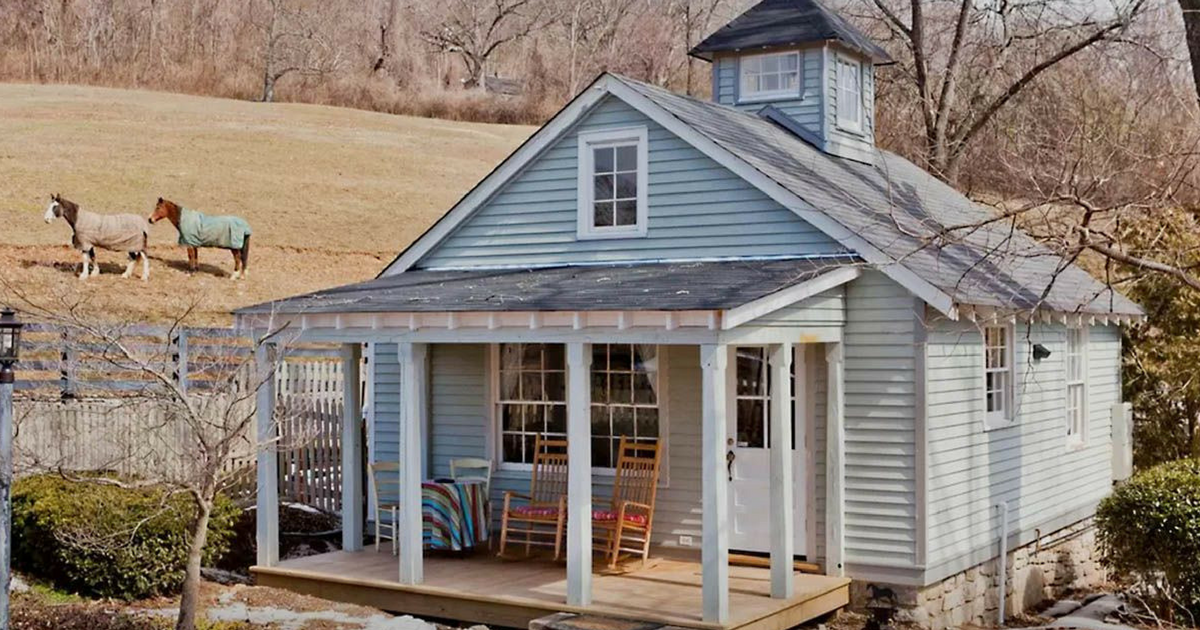 Couple Buys Old Rundown Farmhouse The Transformation Is Almost Hard To Believe Tiny Cottage Backyard Guest Houses Small Cottages