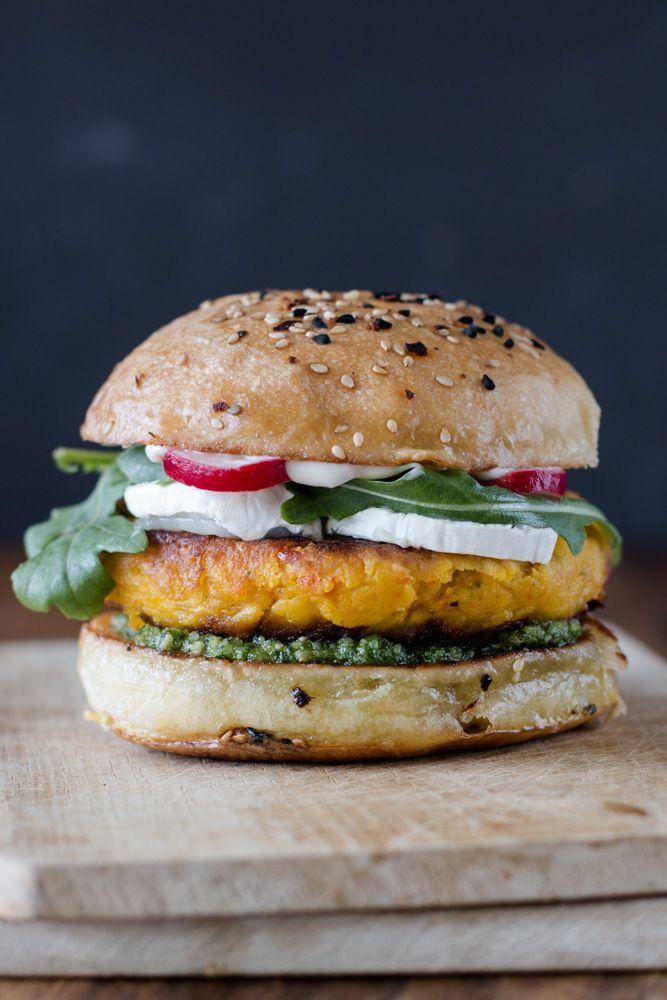 Vegetarischer Kürbis Burger mit Ziegenkäse und Rucola Pesto