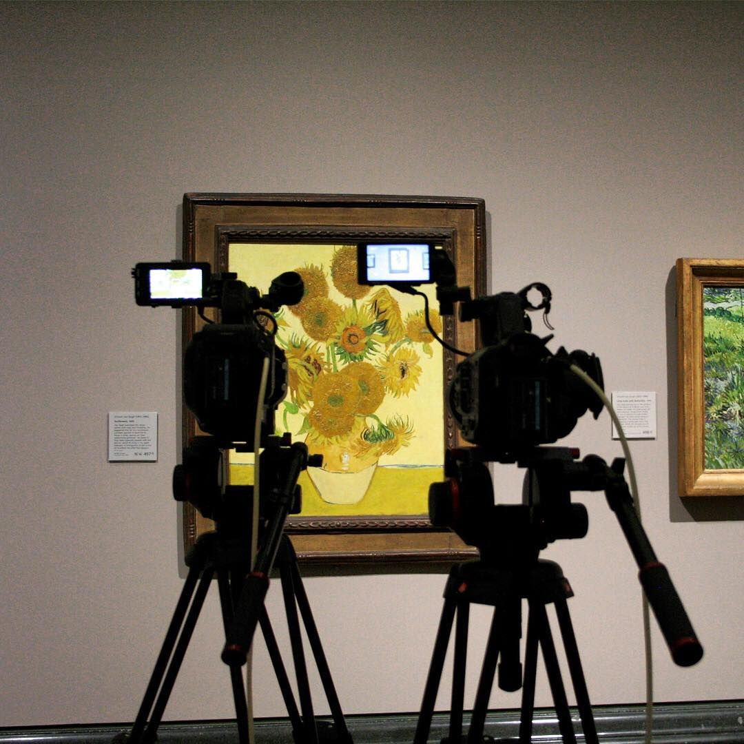 Thank you to everyone who tuned into our #SunflowersLive broadcasts last night with @vangoghmuseum, @pinakotheken, @philamuseum and the Seiji Togo Memorial Sompo Japan Nipponkoa Museum of Art in Tokyo. We hope you enjoyed them! Take a look at some behind the scenes action from last night.  If you haven't seen the global Facebook Lives yet, all five broadcasts are now available to watch on our Facebook page or by clicking the link in our bio.  Photos by Freddy and Leah in the #nationalgallery…