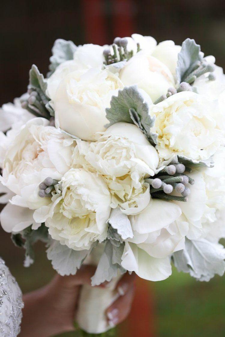 Der Strauß der Braut aus weißen Pfingstrosen