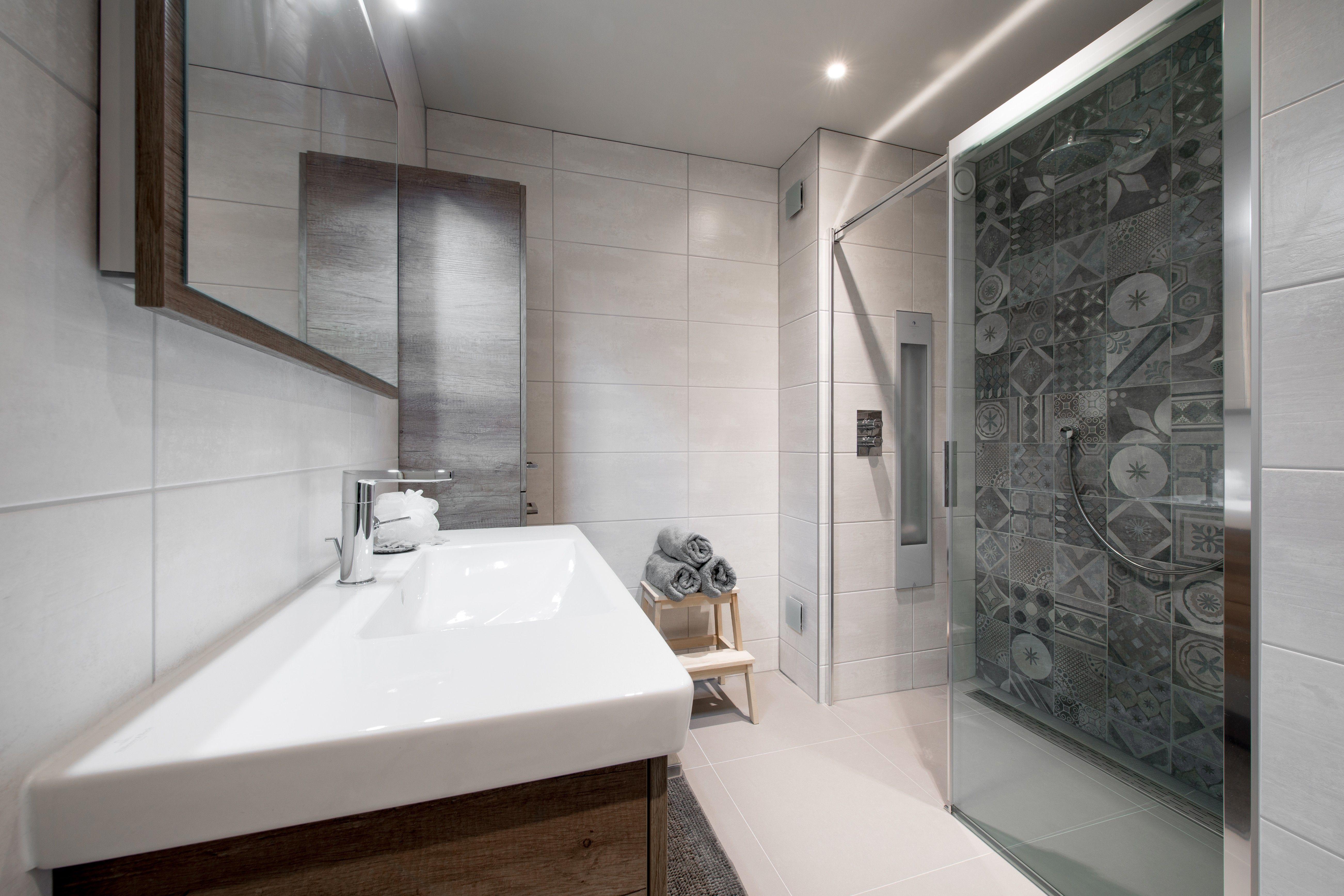 Inloopdouche Met Wastafelonderkast : Warme landelijke badkamer houten wastafelonderkast sunshower