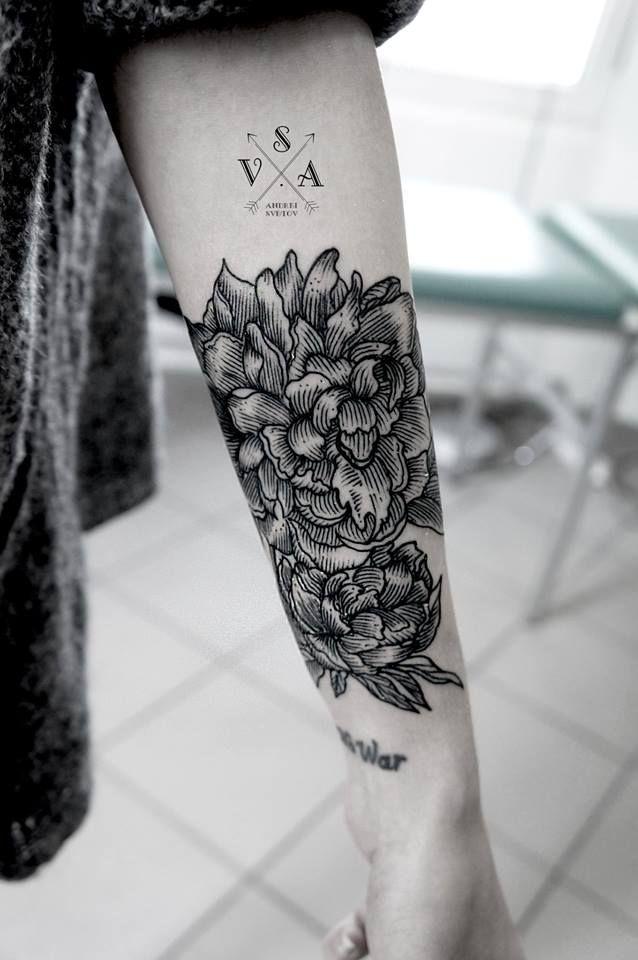 Fleurs Tatouees Sur L Arriere Du Bras Tatouages Fleurs Tattoo