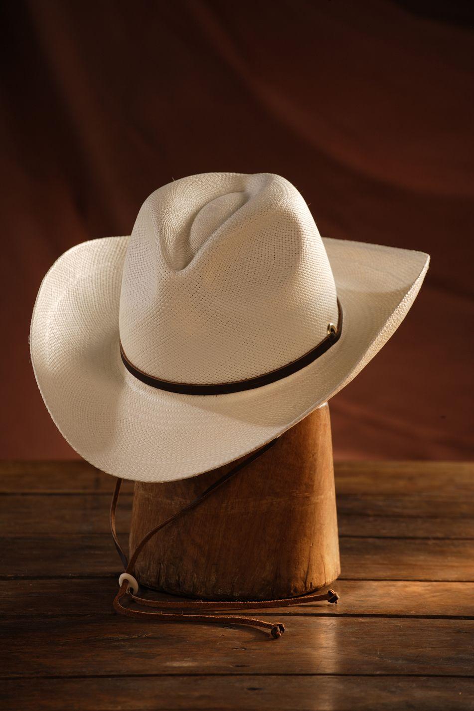 Este hermoso Panamá Fedora Sedona ación, con su ala 8.5cm, es ideal para esas tardes taurinas, un bello ejemplar para lucir en la playa o simplemente para caminar en días de sol.    Cintillo y correa de cuero, si te gusta montar a caballo o simplemente cubrirte del sol, este es un sombrero que debes tener.