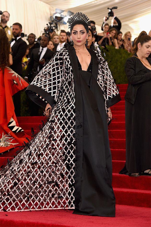 Lady Gaga toda trabalhada no volume por Alexander Wang pra Balenciaga