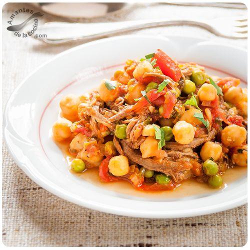 """Una receta muy sencilla y sabrosa llamada """"ropa vieja"""" compuesta por tiras de carne de res, legumbres, papas y posiblemente una base de verduras y tomates."""