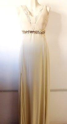 #Vestido de #fiesta #arena con #abertura en una pierna y #cinto de #pedrería dorada.