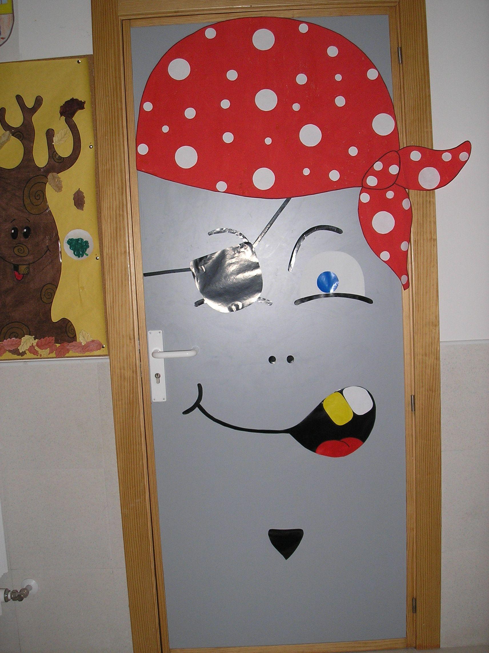 Puerta pirata inbfantil del cole de monterrubio de armu a for Decoracion puerta aula infantil