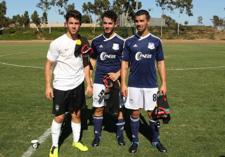 Nick Kevin Y Joe Durante Un Partido De Futbol Pare Recaudar Fondos Para The Jonas Brothers Change For The Children Foundatio Jonas Brothers Jonas Soccer Games