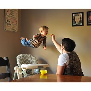 Alan Lawrence a raconté à BuzzFeed News avoir commencé à prendre les photos de son fils de 18 mois, Wil, l'année dernière. Ce dernier est le cadet de six enfants, mais la famille attend un autre garçon pour septembre. | Un père fait «voler» son fils trisomique dans de superbes photos