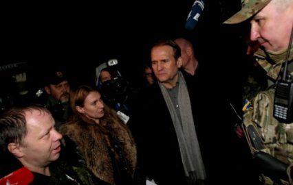 Медведчук дал Порошенко в челюсть. Нагло и демонстративно http://dneprcity.net/blogosfera/medvedchuk-dal-poroshenko-v-chelyust-naglo-i-demonstrativno/  Не самая удачная картинка. Но только для невнимательных Медведчук, кум Путина, один из генераторов украинского хаоса крайние 2 года; теневой воротила, слишком посвящённый в тайны отечественной политики последних 16 лет;