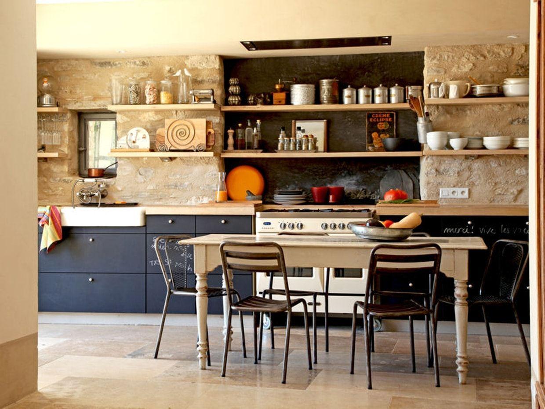Le Noir N Est Pas Reserve Qu Aux Cuisines De Style Moderne Ainsi Dans Cette Cuisine Familiale Facon Maison De Vacances Cuisine Moderne Cuisine Campagne Chic