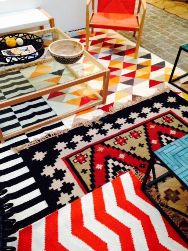Relooking d co changer de sol avec des tapis for Tapis salon graphique