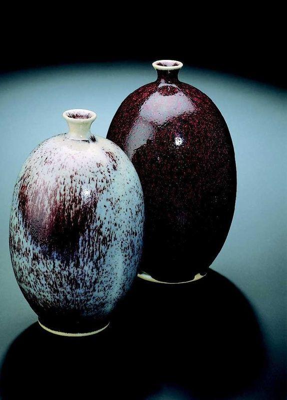 Terracolor D8223A Blaurot lasite 1140-1280°C - Kerasil-verkkokauppa Paksumpana punaisempi. Vettä n. 600-700 g/1 kg lasite jos halutaan punainen.  Etualalla oleva esinen on poltettu 1220 C ja takana 1250 C. Voi kristallisoitua jos lasitenestettä säilytetään pitkään - tee vain kerralla tarvittava määrä lasitetta!