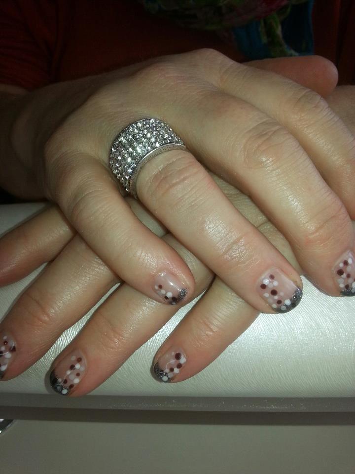 Gelpolish met nailart op korte nagels  Gelpolish on a natural short nail with dotting nailart