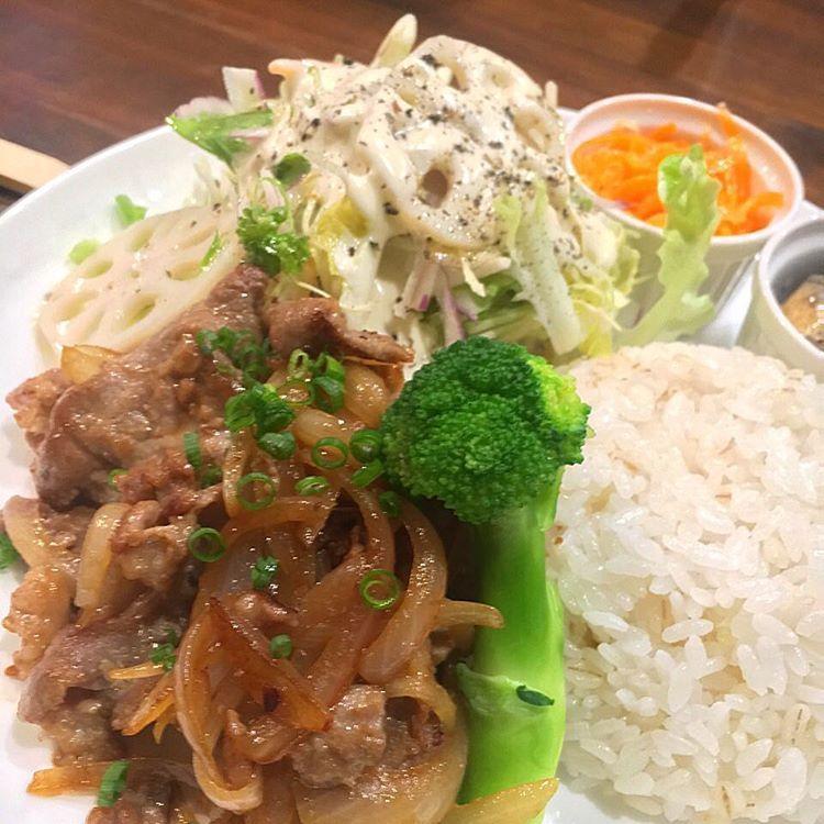 【本日のランチ】 豚の生姜焼きセット。 ランチは14:30まで。(LO14:00) #lunch #otaru #newport