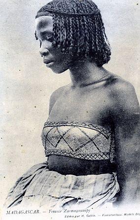 Decouvrir Madagascar Via Les Costumes Traditionnels De Ses 18 Ethnies Coiffures Ethniques Beaute Africaine Coiffure Africaine