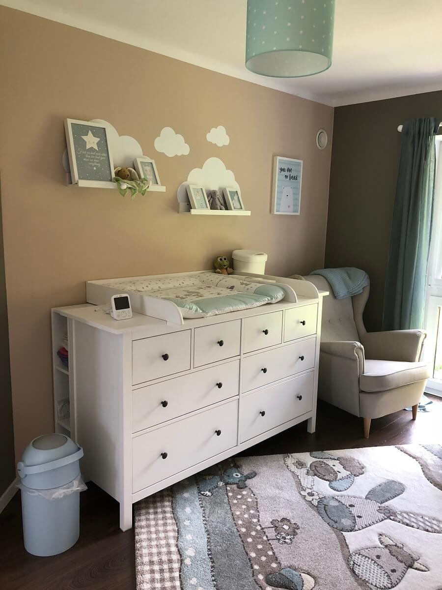 Das Babyzimmer Mit Wickelkommode Und Sessel Zum Stillen Zimmer Ikea Babyzimmer Babyzimmer