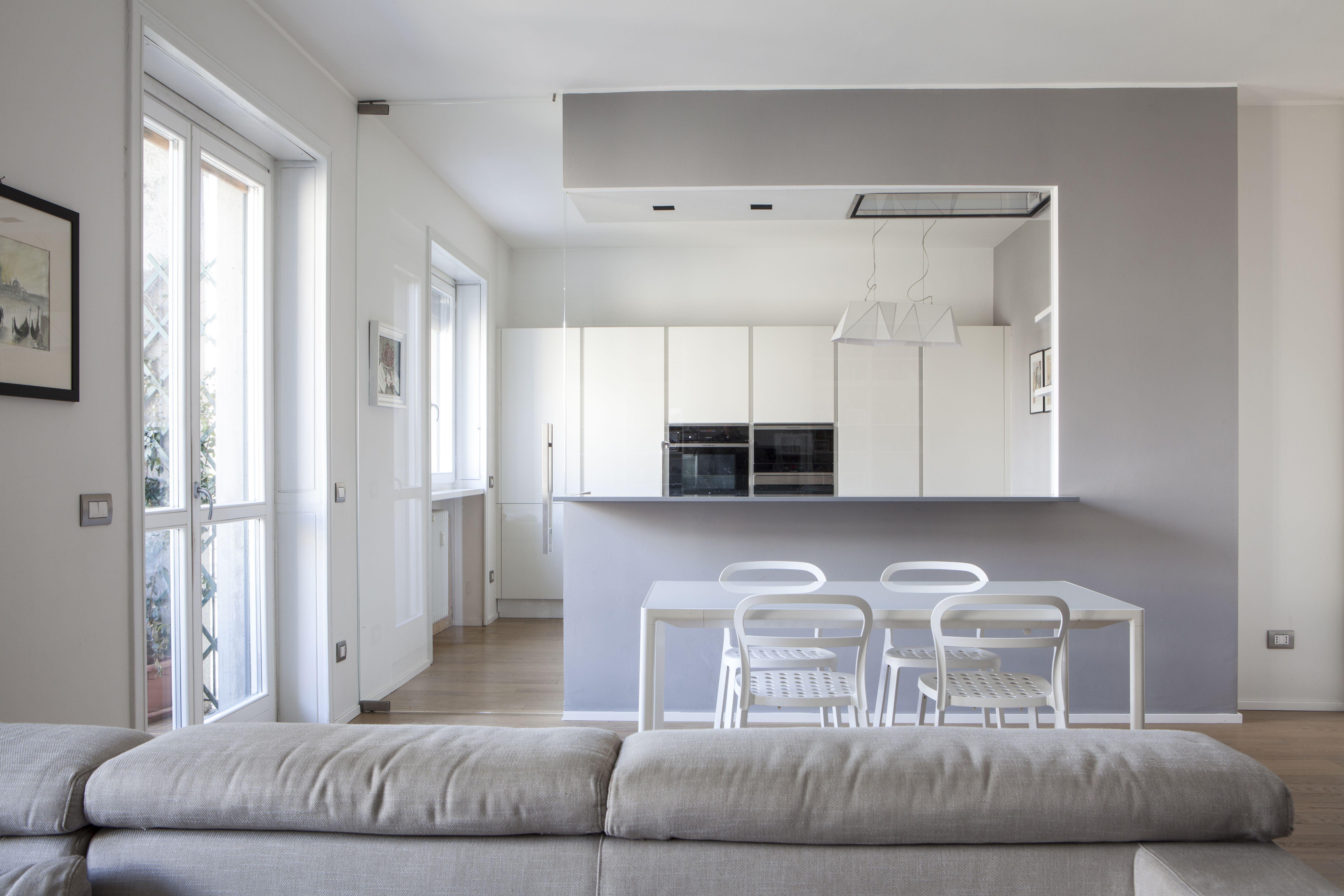 Ampia vetrata per separare e collegare la cucina dal ...