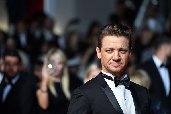 US actor Jeremy Renner arrives on May 20, 2017 for the screening of the film 'Wind River' at the 70th edition of the Cannes Film Festival in Cannes, southern France.  / AFP PHOTO / Alberto PIZZOLI