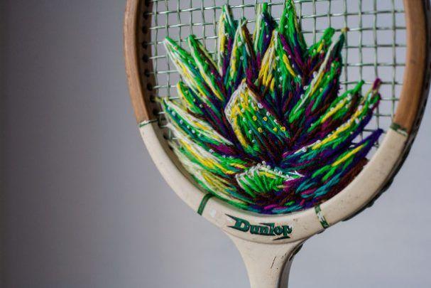 Deze tennisrackets worden door Danielle Clough voorzien van deze kleurrijke bloemen, maar ook door een rat. De in Kaapstad woonachtige kunstenaar borduurt met dik draad en werd laatst gevraagd door Vans om schoenen te borduren.
