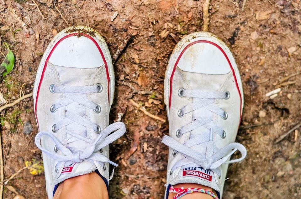Chaussures blanches sales : Astuce pour les rendre comme ...