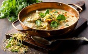 Kyllingesuppe med majs og sprødt korianderdrys Korianderbladene har en særlig parfumeret smag. Det er som regel had eller kærlighed. Prøv den, måske er du koriander-elsker.