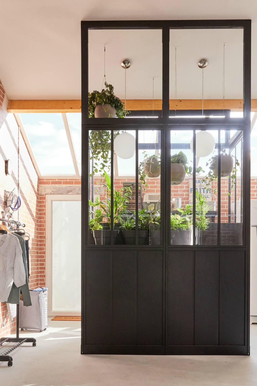 Idee Deco Une Verriere Atelier Dans La Buanderie En 2020 Buanderie Garage Verriere