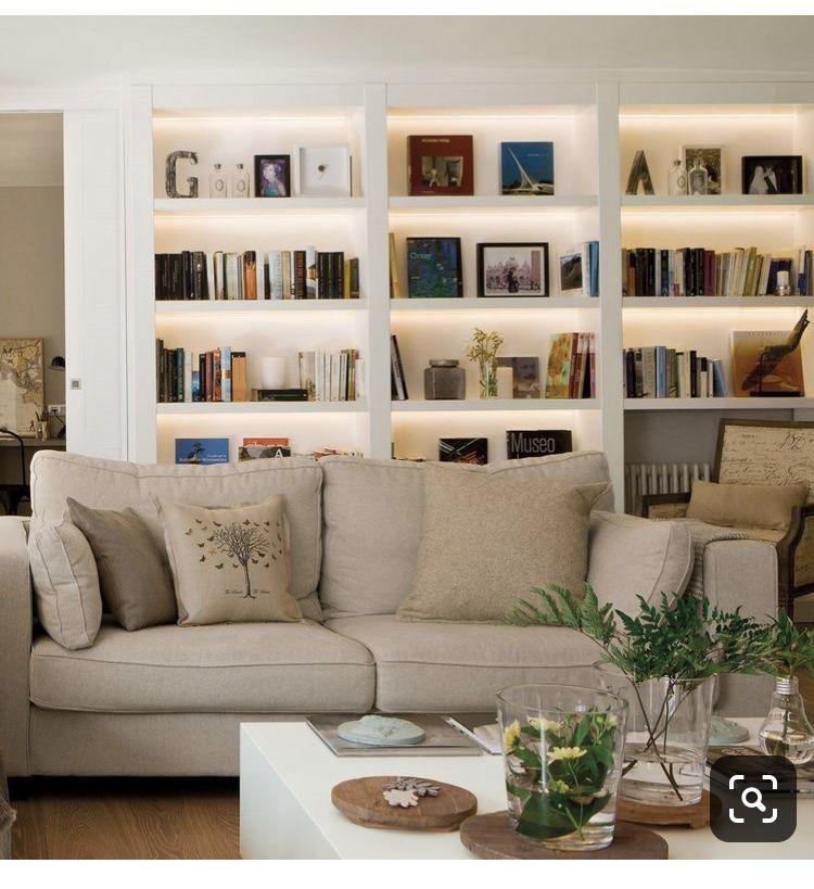 Estanteria De Obra Sofa Delante Color Y Forma De Los Reposacabezas Decoración Biblioteca En Casa Decoracion De Interiores Estantería Salón