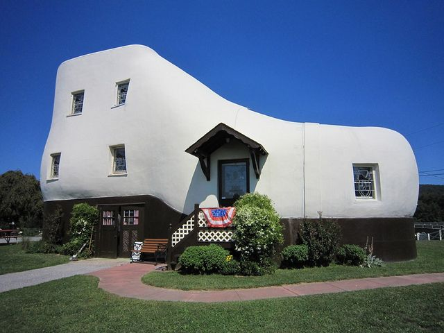 Hain S Shoe House 197 Shoe House Rd Hellam Pa Built In 1948 By Mahlon Haines A Shoe Salesman Measures 48 Crazy Houses Unusual Homes Home Building Design