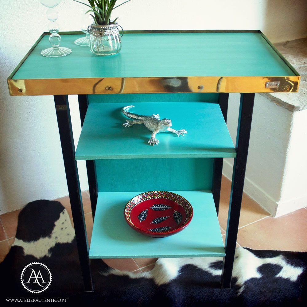 Esta mesa de estilo mid-century da década de 1950 tem muitos detalhes impressionantes // This unusual mid-century side table from the 1950s has many stunning details