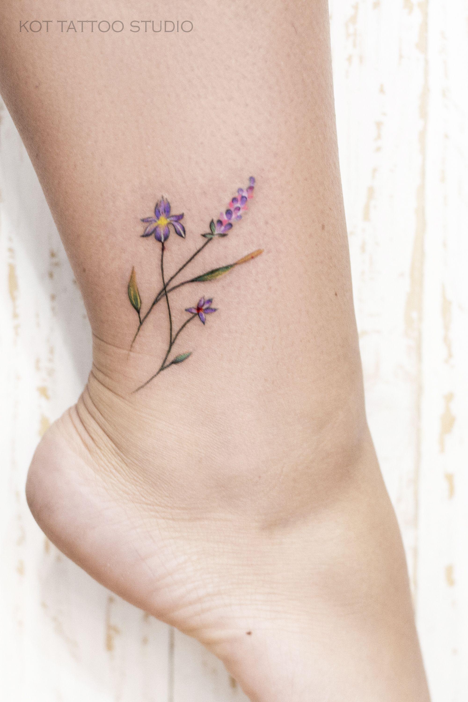 Цветок и надпись на ноге