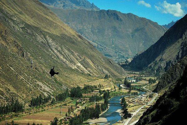 Hotel suspenso do Peru tem acesso apenas com escaladas e tirolesa