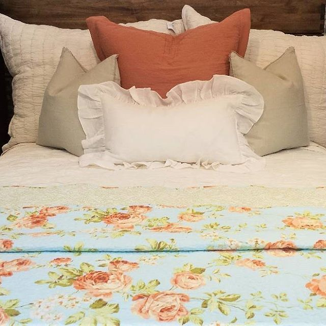 Pictures just don't do this gorgeous sky blue floralquilt justice. These calming colors are a great choice for these chilly fall days ahead. Happy snuggling! ••••••••••••••••••••••••••••••••••••••••••••••••••••• #layersbeautifulbedding#gardnervillage#bedding #bed#bedroom#bedroomdesign#bedroominspo#bedroomideas#classyinteriors#finditstyleit#utahstyleanddesign#utahgram #utahliving#instaroom#dreamhome#bedroomgoals#bedroominspiration#bedcover#modernprints#bedroomset#bedroomfurniture#bedweather #bed