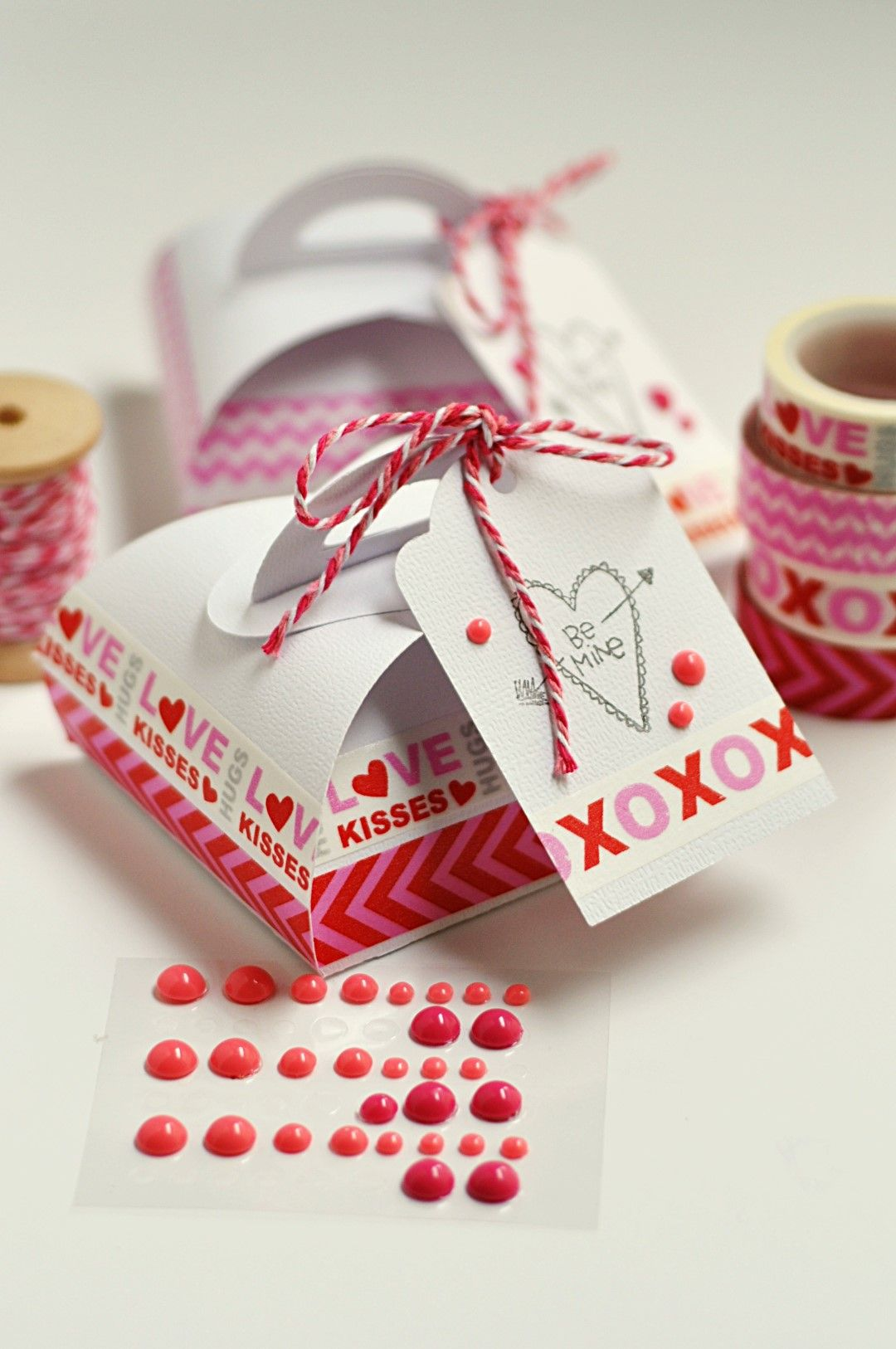 Decorating a simple gift box is easy and simple with Washi Tape