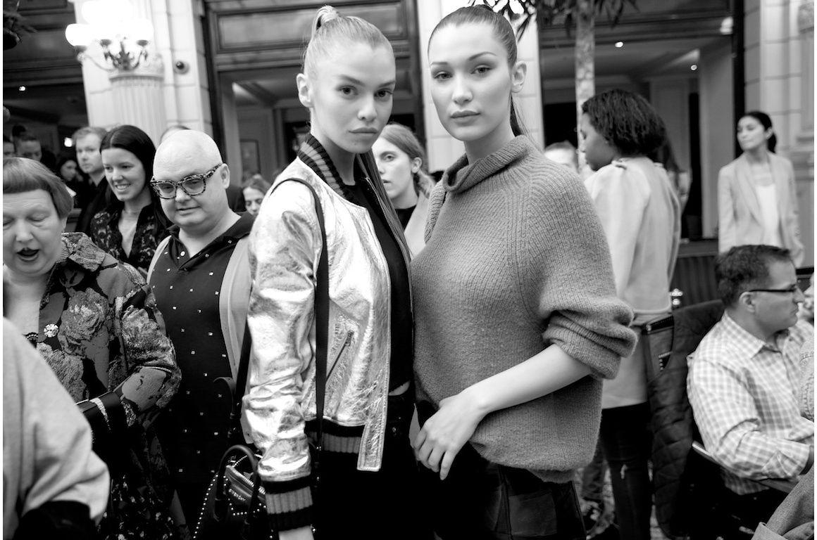 Stella Maxwell et Bella Hadid en backstage du défilé Balmain