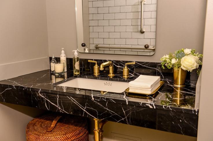 Photo of Eitelkeit aus schwarzem Marmor mit goldenem Wasserhahn – Zeitgenössisch – Badezimmer