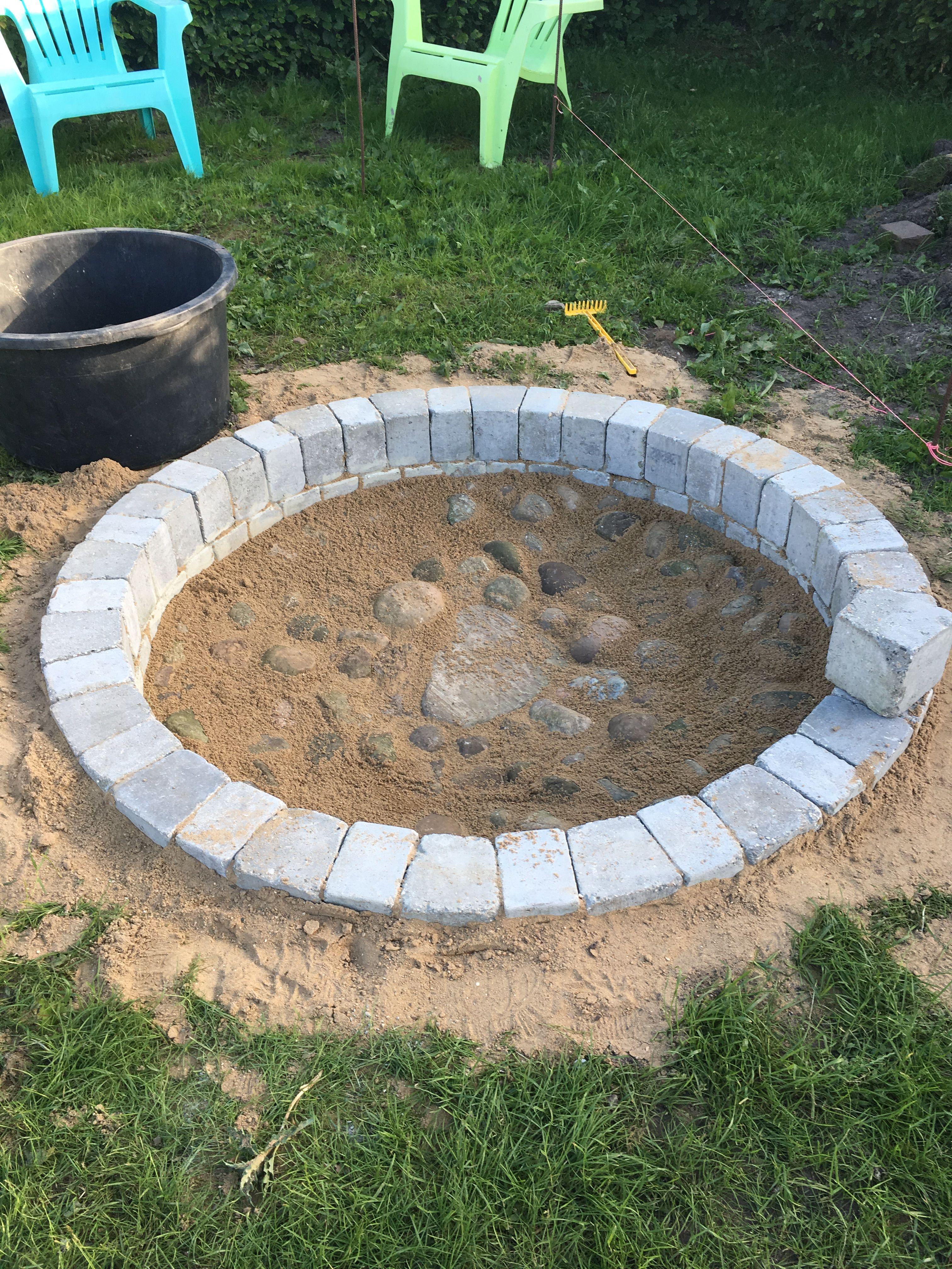 Lige ud Bålsted i haven. Bygget op af holmegård kant blokke /cirkel blokke HP69