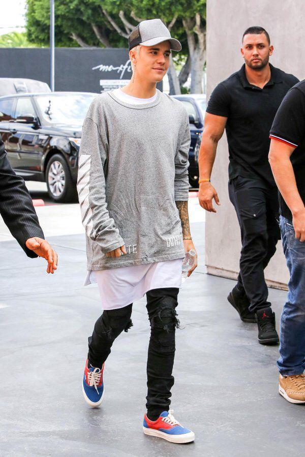 Justin bieber at carpool karaoke grey truckercap grey for Justin bieber black and white shirt