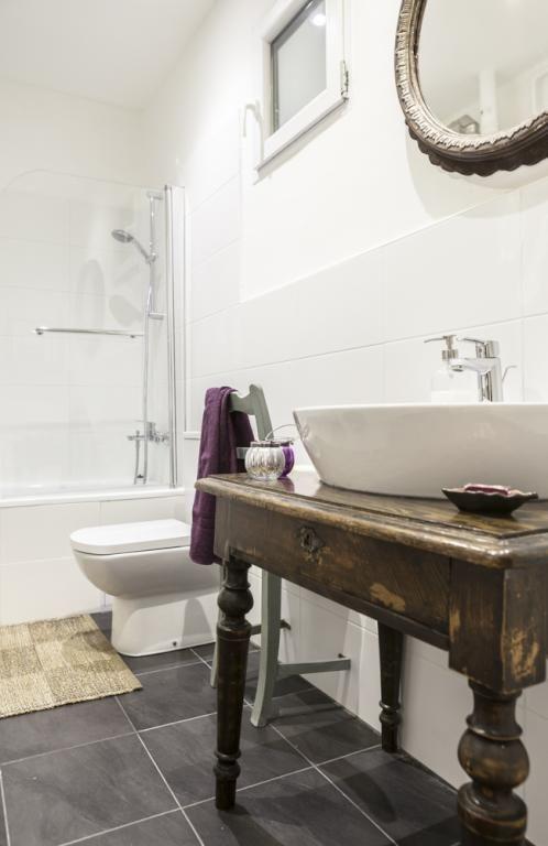 Helles Badezimmer in Weiß mit Waschbecken im Shabby Chic Look - spiegel badezimmer mit beleuchtung